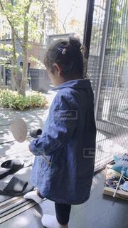 窓の前に立っている人の写真・画像素材[2137166]