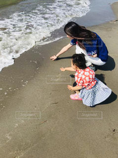 海の水を触りたいの写真・画像素材[2142857]