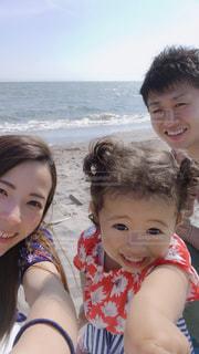 海をバックに家族写真の写真・画像素材[2328542]