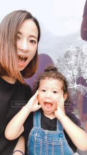 親子でビックリ顔の写真・画像素材[2367526]