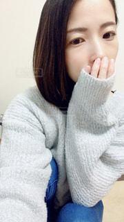 モコモコセーター着た女性の写真・画像素材[2903911]