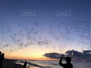 夕日のシャボン玉の写真・画像素材[2982978]