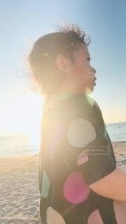 夕日に海と子供の写真・画像素材[3435951]