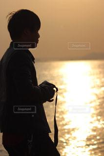 男性,海,冬,夕日,ビーチ,夕暮れ,夕方,男,浜辺