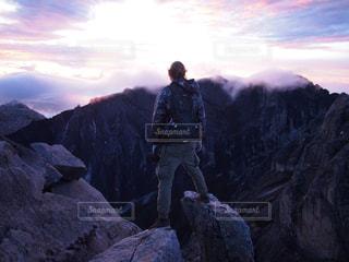 山の頂上に立っている男の写真・画像素材[1447219]
