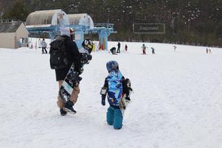 雪の上にスキーに乗っている人のグループ対象斜面の写真・画像素材[1773387]