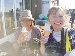 だいすきなおばあちゃんとソフトクリームの写真・画像素材[1591996]