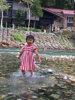 水中で立っている少女の写真・画像素材[1460883]