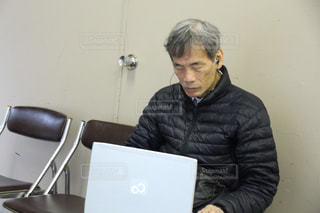 ラップトップ コンピューターの前に座っている人の写真・画像素材[1531972]