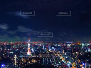 夜のトラフィックでいっぱい街の通りのビューの写真・画像素材[1682457]