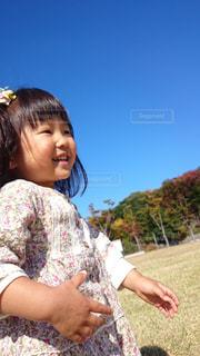 空,秋,紅葉,木,雲,晴れ,枯れ木,子供,女の子,走る,笑顔,Sky,秋空,秋色