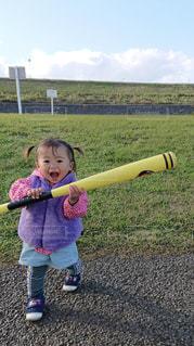 初めて野球バットを握るの写真・画像素材[1562572]