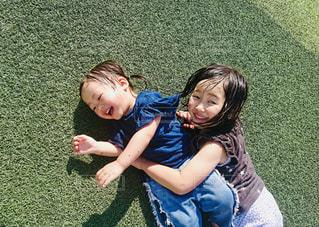 芝生で横になっている少女の写真・画像素材[1591922]