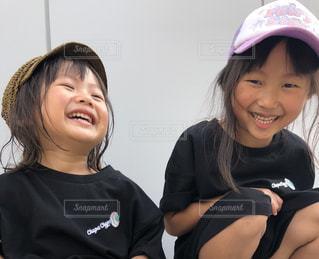 自分撮りをする少年と少女の写真・画像素材[2366156]
