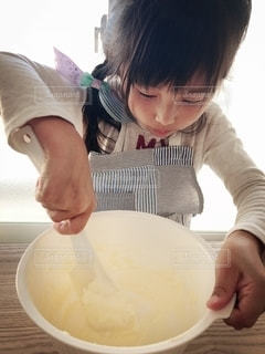 ボウルで食べ物を準備する人の写真・画像素材[2692912]