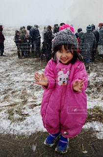 ピンクのシャツを着た小さな女の子の写真・画像素材[2693013]