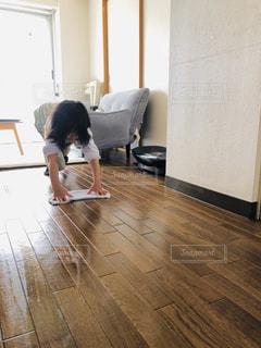 床に座っている少年の写真・画像素材[3114296]