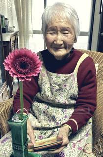 お婆ちゃんと花の写真・画像素材[1452594]