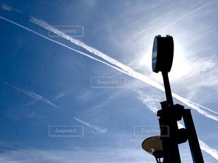 飛行機雲と街路時計の写真・画像素材[2017486]