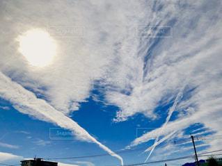 白い雲と飛行機雲の写真・画像素材[2018118]