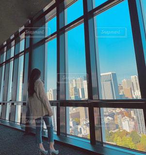 窓の前に立っている人の写真・画像素材[2692028]