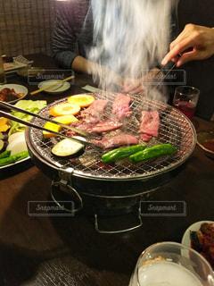 鍋に食糧を準備する人の写真・画像素材[1757342]