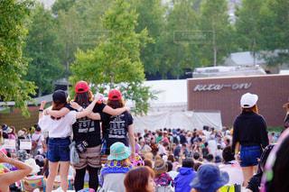 観衆の前で立っている人のグループ - No.705836