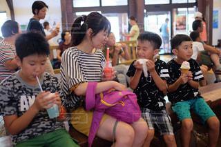 子の隣に座っている幼児のグループ - No.713632