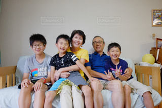 おじいちゃん、おばあちゃんと一緒にに記念撮影 - No.719616