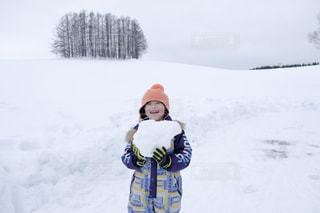 雪の覆われた斜面の上に立っている人 - No.859686