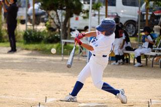 少年野球のバットを振るの写真・画像素材[1524849]