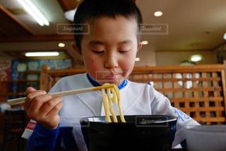 食事のテーブルに座って若い男の子の写真・画像素材[1648931]