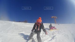 雪に覆われた斜面をスキーに乗る人の写真・画像素材[1716345]