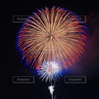 夜空に咲く花火の写真・画像素材[1458075]