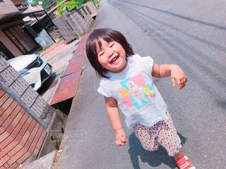 歩道に立っている少女の写真・画像素材[2115758]