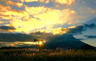 夕焼け空に浮かぶ雲の写真・画像素材[1469183]