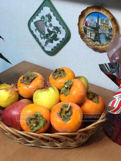 長野の友人から送られて来る柿とりんごを飾って秋を実感の写真・画像素材[1500187]