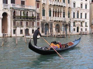 ベネチアのゴンドラを漕ぐ船頭さんの写真・画像素材[1587374]