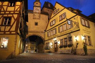 ドイツローテンブルクのホテルの夜景の写真・画像素材[1680453]