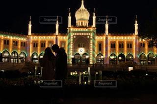 デンマークコペンハーゲンチボリ公園の夜景とカップルの写真・画像素材[1680490]