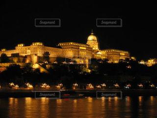 ハンガリーブダペスト王宮の夜景の写真・画像素材[1680524]