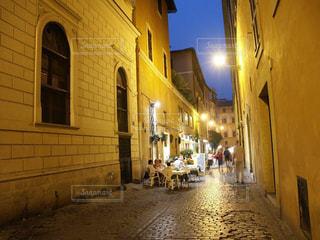 ローマの街角のカフェテラス夜景の写真・画像素材[1694855]
