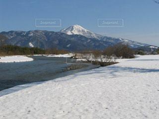 美しい伊吹山と三島池の雪景色の写真・画像素材[1732404]