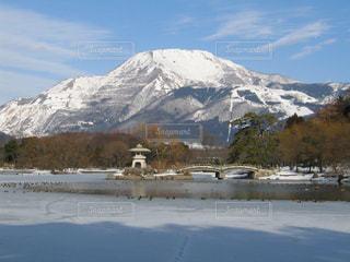 雪化粧した伊吹山と三島池の写真・画像素材[1733844]