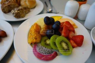 食べ物,朝食,鮮やか,フルーツ,果物,皿,キウイ,ドイツ,新鮮,赤色,白色,ホワイト,ドラゴンフルーツ,フレッシュ,イチゴ,ぶどう,バイキング,フォトジェニック,黄緑色,インスタ映え