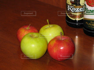 チェコの赤色と黄緑色のリンゴとビールの写真・画像素材[1764275]