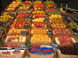 ドイツの露店で整列した新鮮な果実の写真・画像素材[1765470]