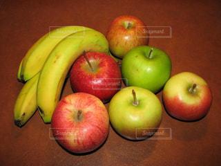 食べ物,屋内,黄色,鮮やか,テーブル,フルーツ,果物,美しい,果実,ドイツ,新鮮,赤色,バナナ,リンゴ,フォトジェニック,黄緑色,インスタ映え