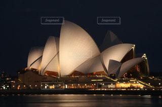 ライトアップされたシドニーオペラハウスの美しい夜景の写真・画像素材[1842024]