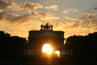 パリの夕暮れの美しい空と眩し過ぎる夕陽の写真・画像素材[1861141]